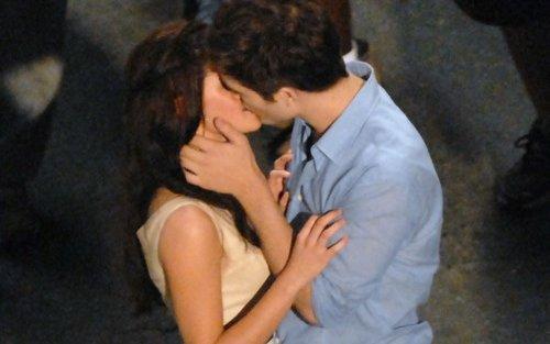 dos personas dandose un beso romantico