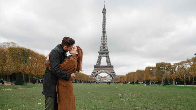 Pareja besandose en paris